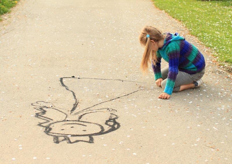 Маленькая девочка drowing стоковые изображения rf