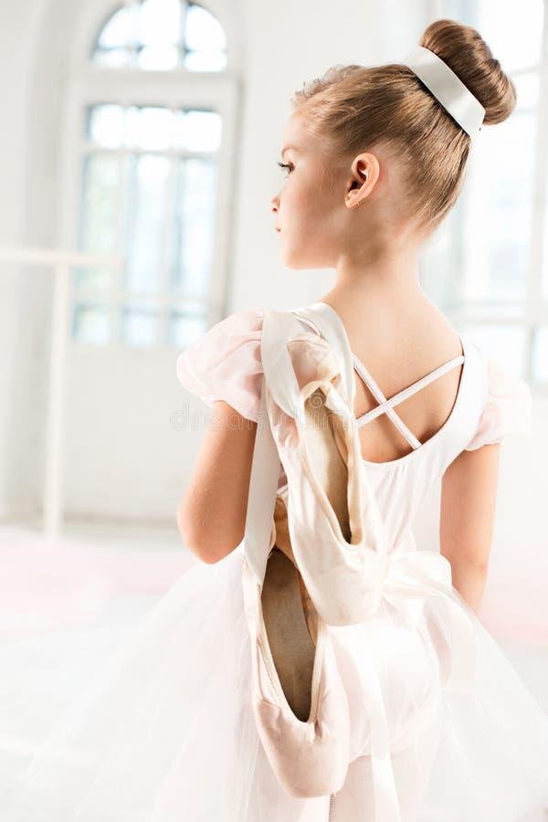 Маленькая девушка балерины в балетной пачке Прелестный ребенок танцуя классический балет в белой студии стоковое изображение