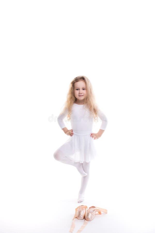Маленькая девушка балерины в балетной пачке стоковое фото
