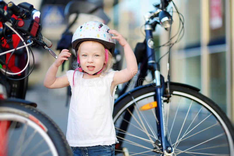 Download Маленькая девушка малыша готовая для того чтобы ехать велосипед Стоковое Фото - изображение насчитывающей активизма, riding: 41660720