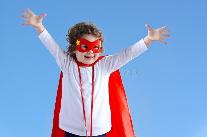 Маленькая девушка ребенка супергероя стоковая фотография rf