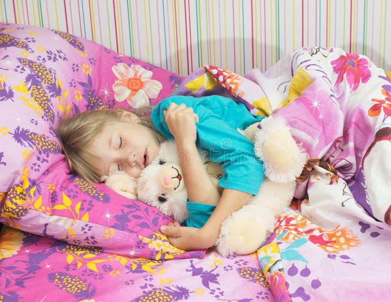 Маленькая красивая девушка в кровати стоковое изображение