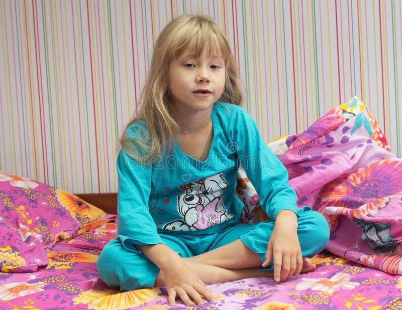 Маленькая красивая девушка в кровати стоковое фото