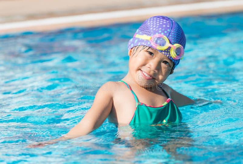 Маленькая милая азиатская девушка на костюме бикини стоковое изображение