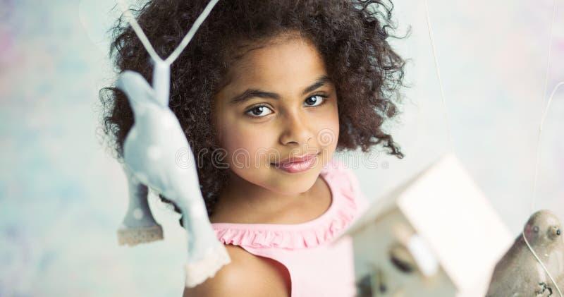 Маленькая милая девушка играя игрушки стоковое фото rf