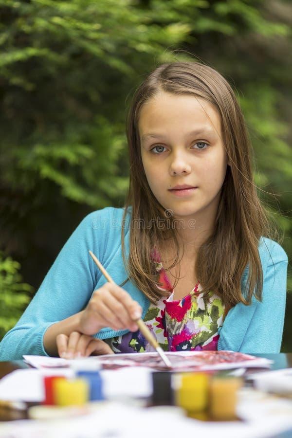 Маленькая милая девушка рисует краски стоковое фото rf