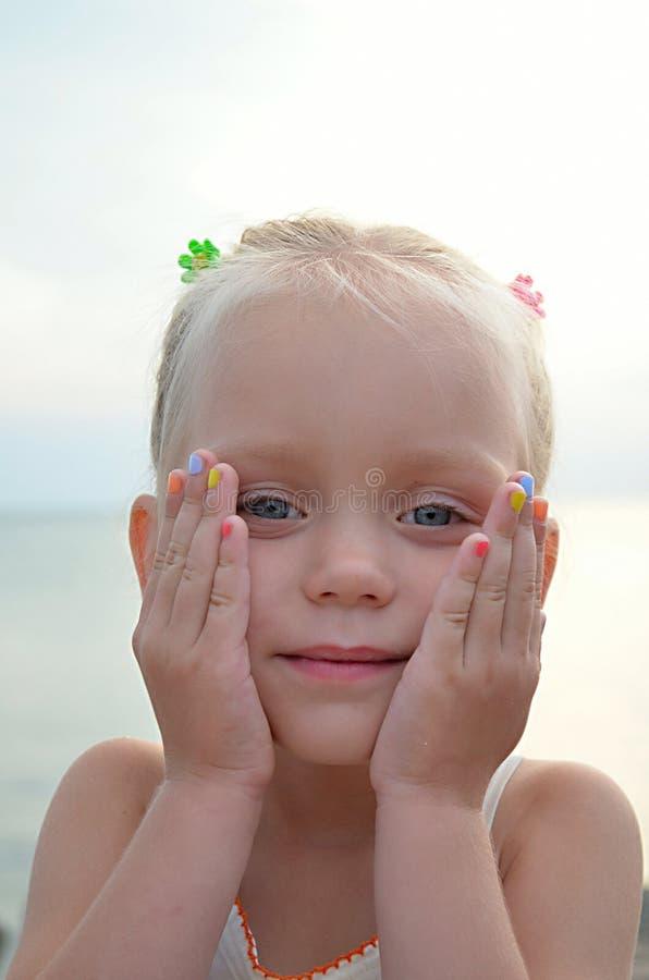 Маленькая милая девушка с красочными ногтями стоковые фотографии rf
