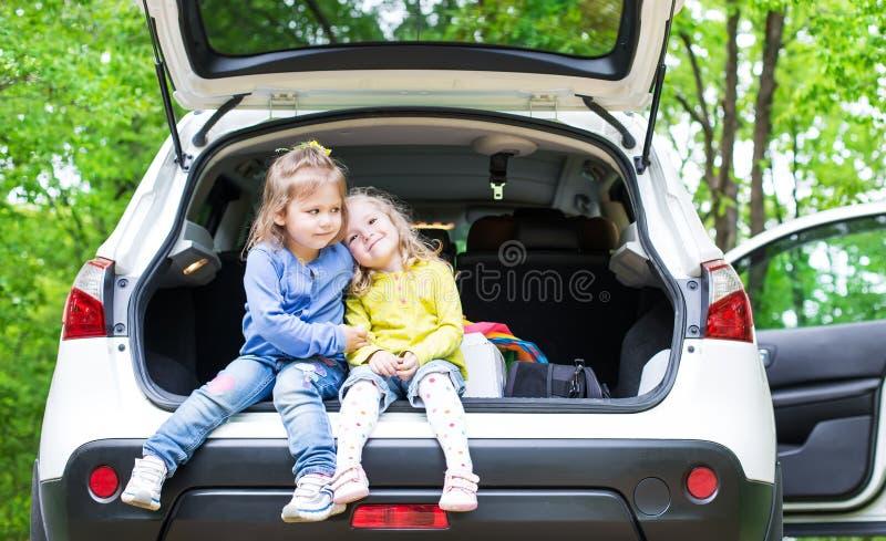 Download Маленькая милая подруга девушки 2 Стоковое Фото - изображение насчитывающей свобода, семья: 40580554