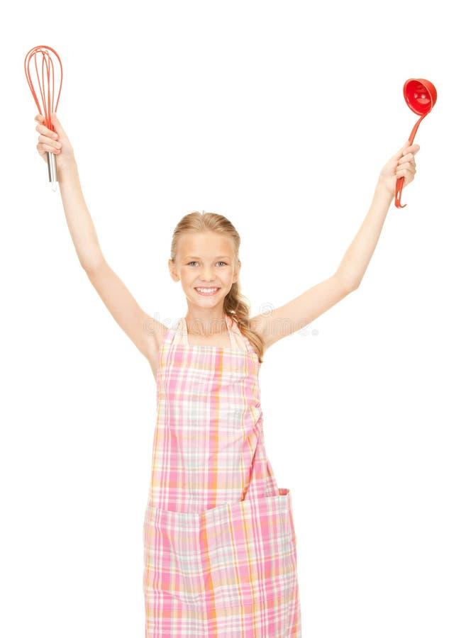 Маленькая домохозяйка с красным ковшом стоковое фото
