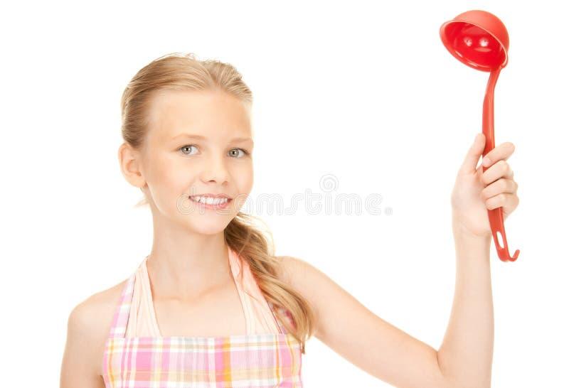 Маленькая домохозяйка с красным ковшом стоковые изображения rf