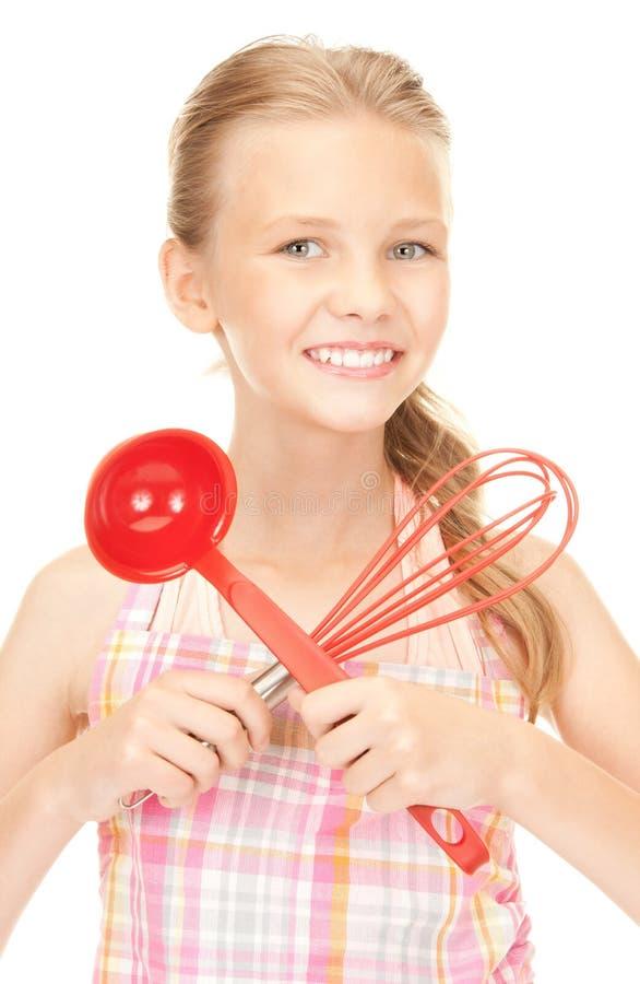 Маленькая домохозяйка с красным ковшом стоковые фотографии rf