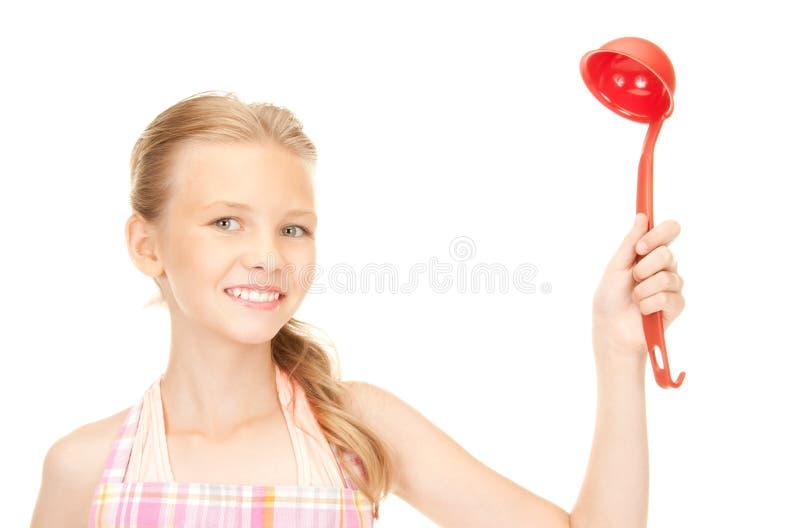Маленькая домохозяйка с красным ковшом стоковое фото rf