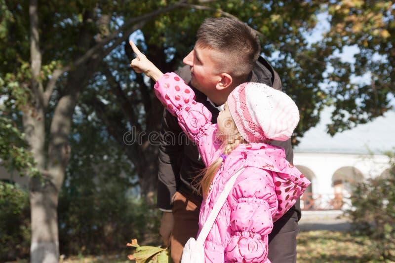 Маленькая дочь показывает к ее отцу стоковые изображения rf