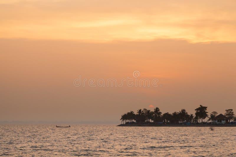 Маленькая лодка вне удила в утре стоковые изображения