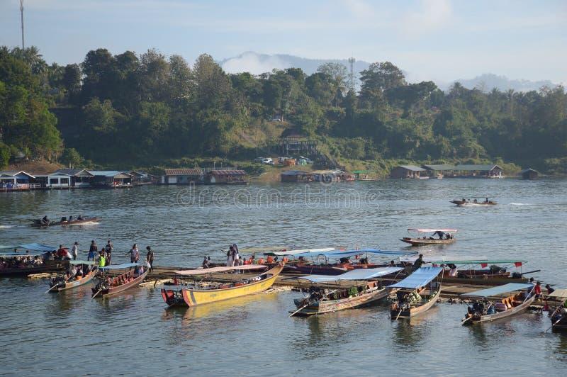 Маленькая лодка в стране Sangklaburi Kanchanaburi, Таиланде стоковые фото