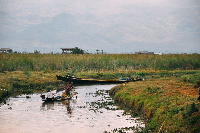 Маленькая лодка на озере Inle стоковая фотография rf