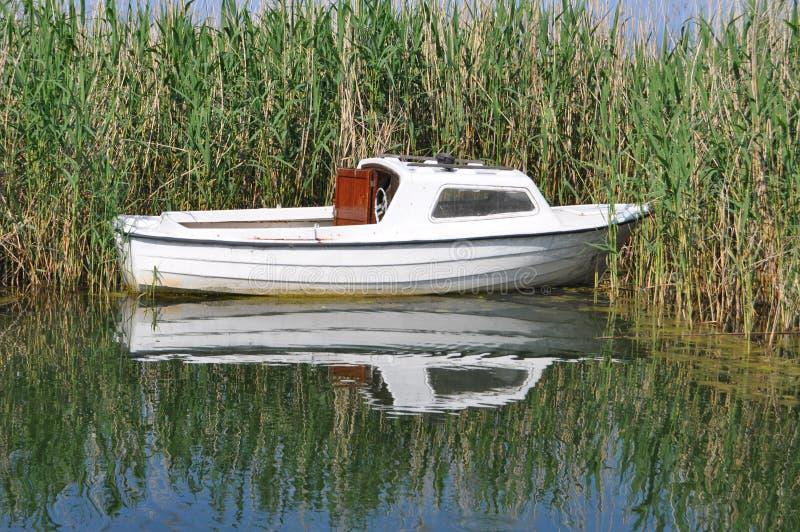 Маленькая лодка на озере Ohrid стоковое фото