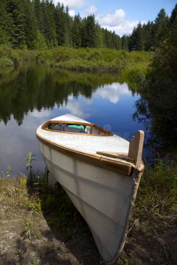 Маленькая лодка сидя около озера стоковые изображения rf