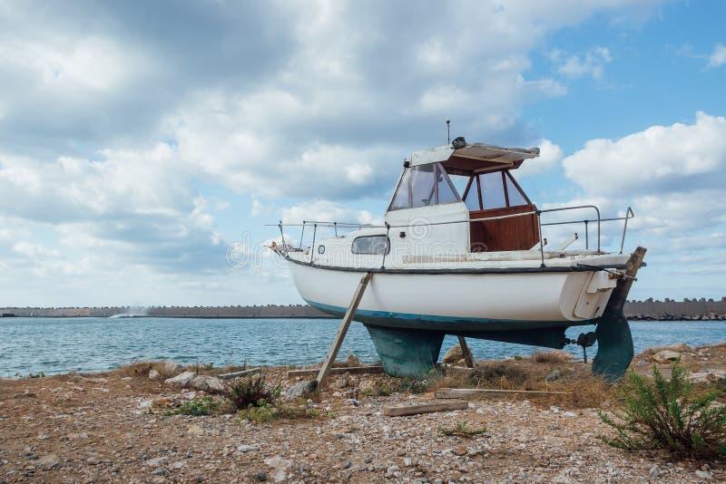 Маленькая лодка стоя на том основании стоковые изображения
