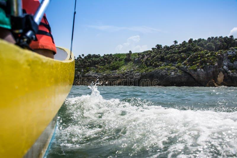 Маленькая лодка с побережья джунглей стоковое фото rf