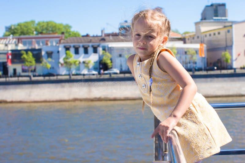 Download Маленькая прелестная девушка на палубе плавания корабля в большом городе Стоковое Фото - изображение насчитывающей круиз, немного: 40587230