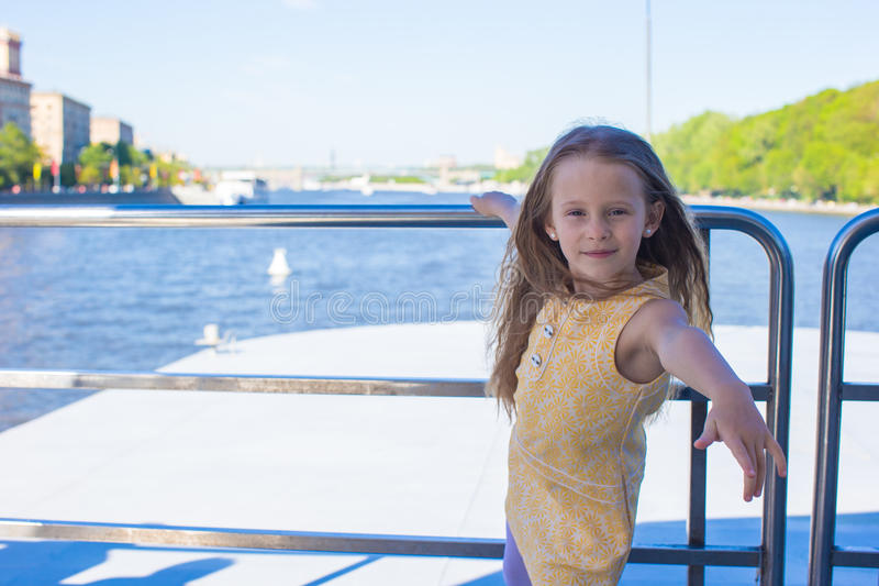 Download Маленькая прелестная девушка ослабляя на роскошном плавании корабля в большом городе Стоковое Изображение - изображение насчитывающей шлюпок, счастье: 40587169
