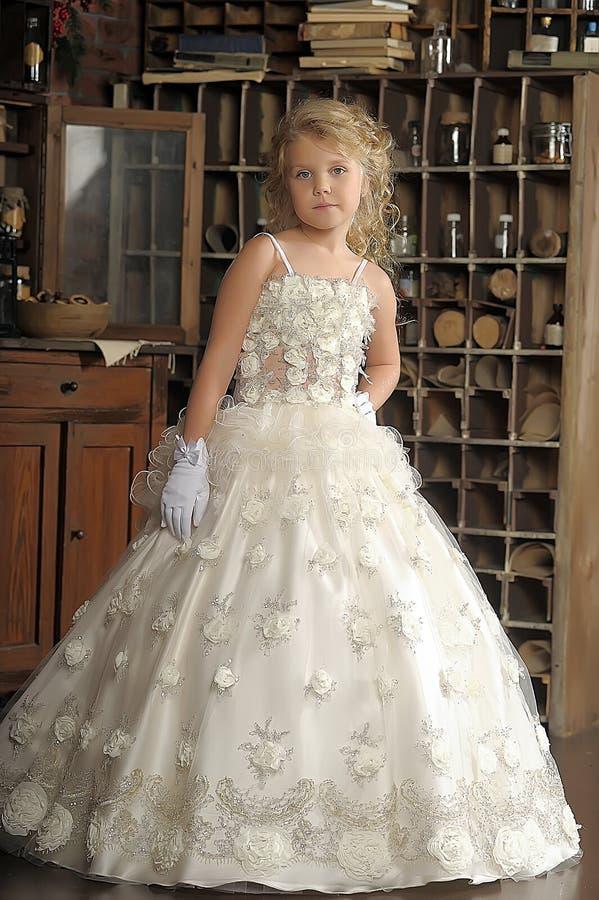Маленькая принцесса в белом платье стоковое фото rf