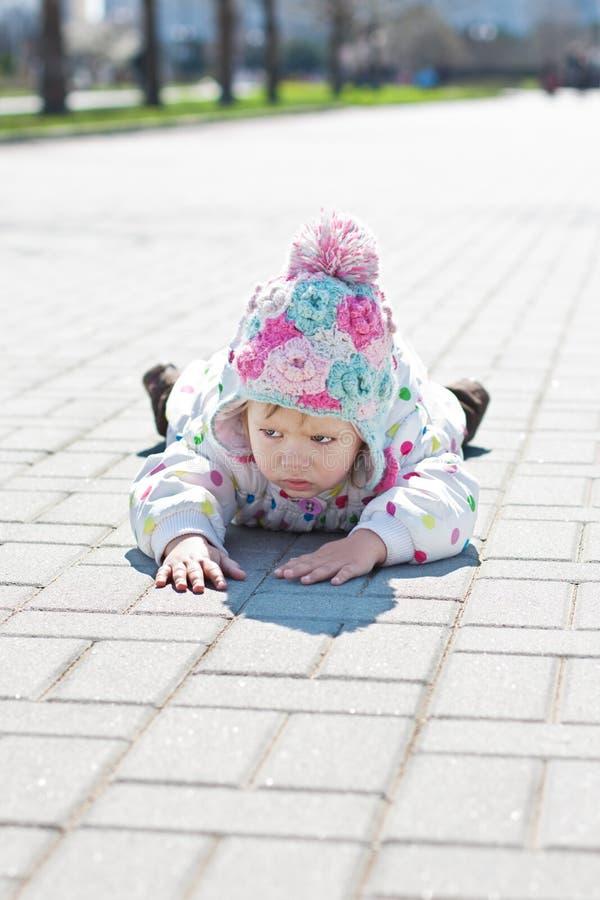 Маленькая сердитая девушка малыша стоковые фотографии rf