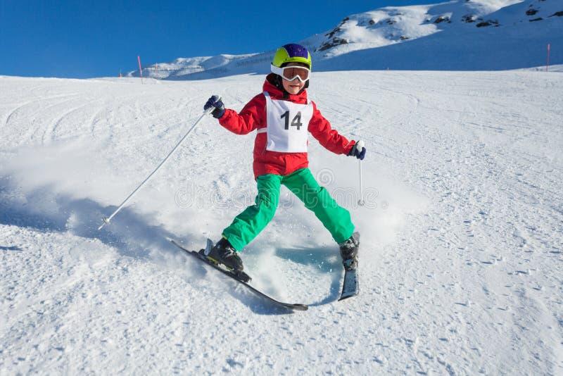 Маленькая тренировка лыжника для того чтобы сделать поворот стержня стоковое изображение