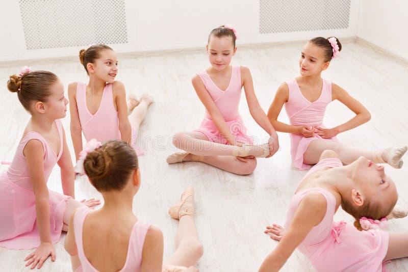 Маленькие балерины говоря в студии балета стоковые изображения rf