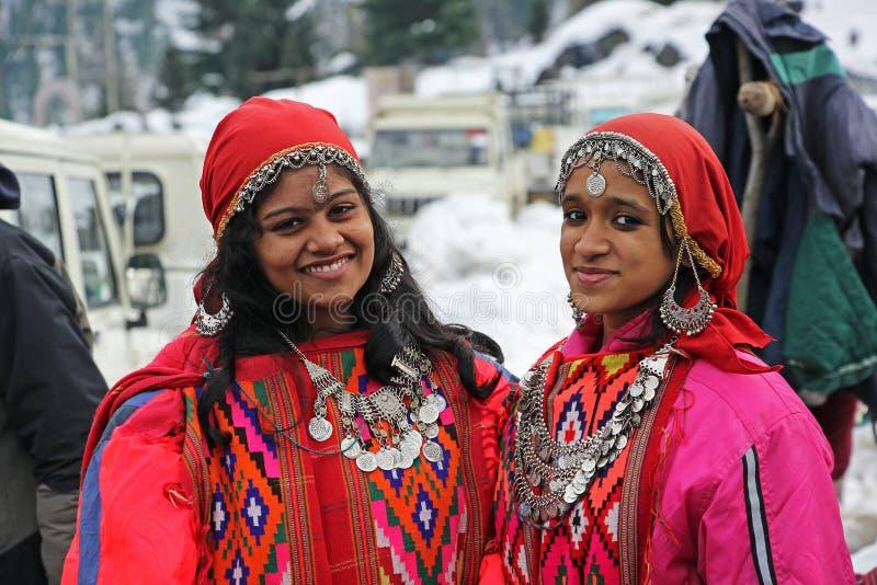 Маленькие девочки в традиционном платье долины Kullu в Индии стоковое фото