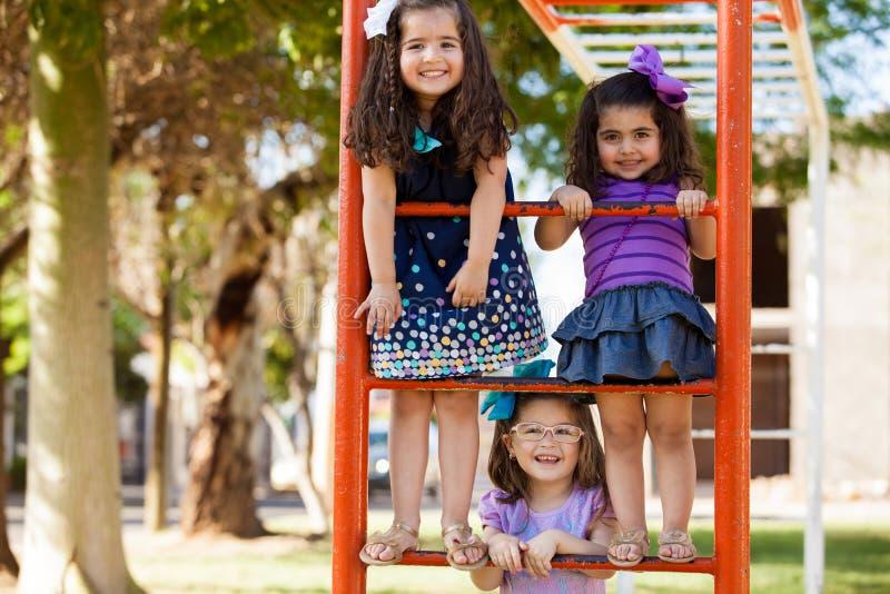Маленькие девочки имея потеху совместно стоковое изображение