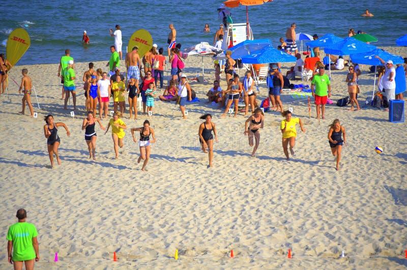 Маленькие девочки участвуя в гонке на пляже лета стоковые фотографии rf