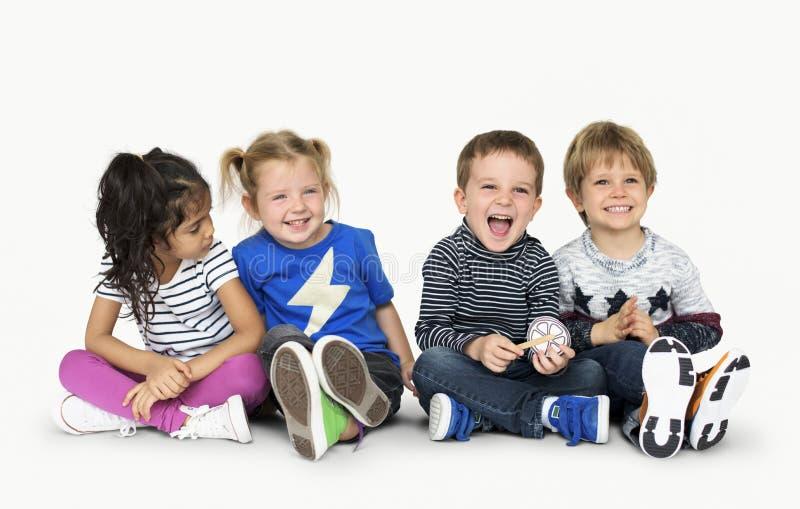 Маленькие дети держа вниз счастливую жизнерадостную концепцию стоковое изображение rf