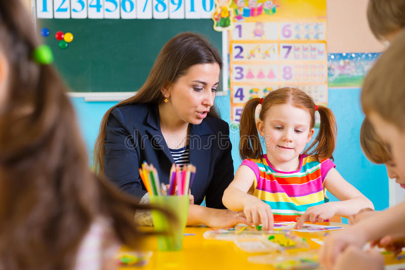 Маленькие дети на уроке applique стоковые фотографии rf
