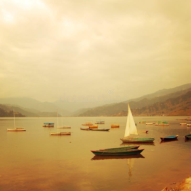 Маленькие лодки на озере - винтажном влиянии Красочное ретро фото стоковая фотография