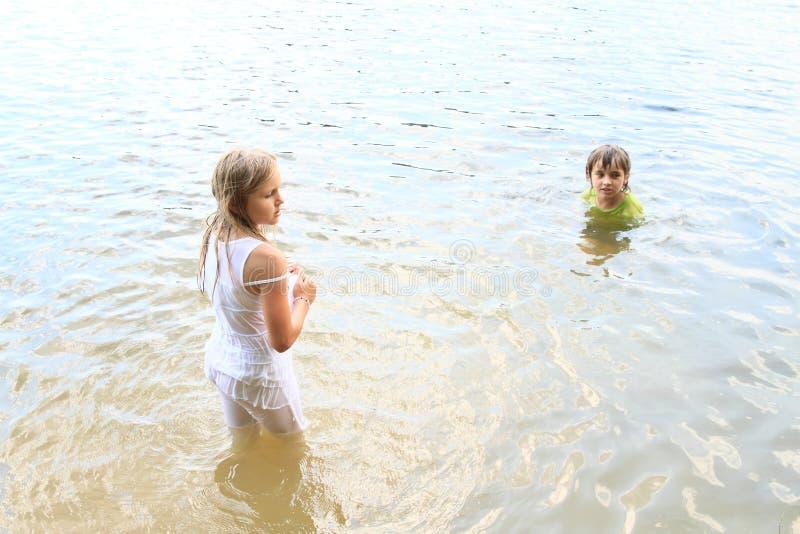 Маленькие ребеята в воде стоковая фотография