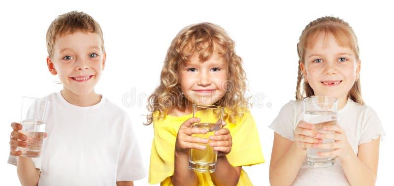 Маленькие ребеята с стеклом воды стоковое изображение rf