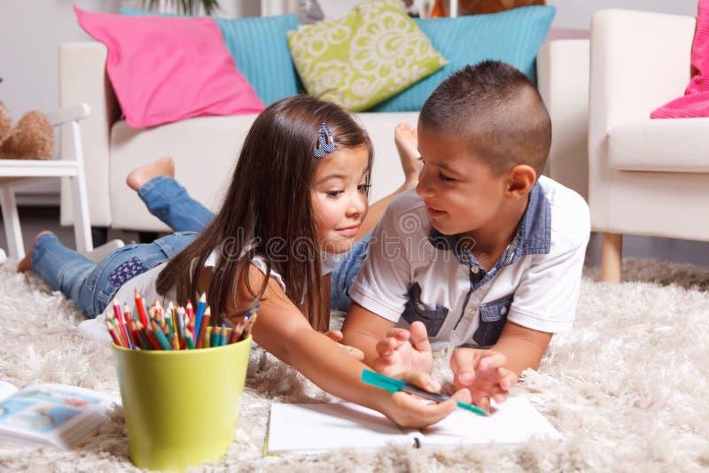 Маленькие ребеята уча совместно стоковое фото rf