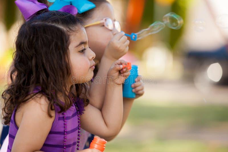 Маленькие друзья делая пузыри стоковая фотография