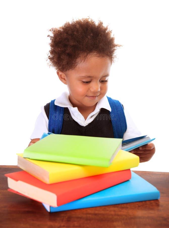 Маленькие черные книги чтения мальчика стоковое изображение rf