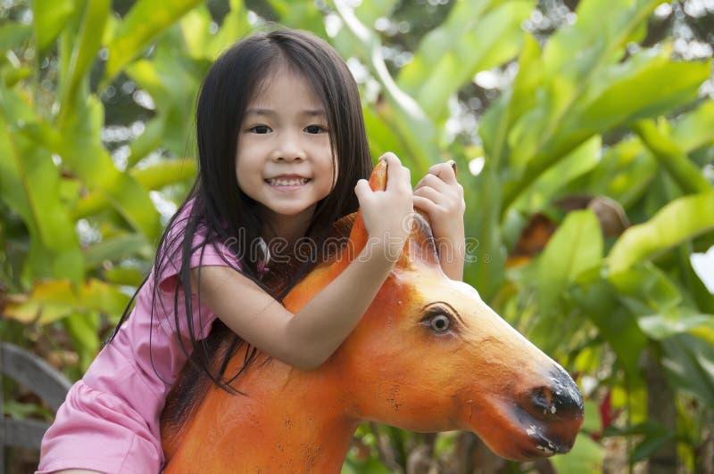 Маленький азиатский играть девушки. стоковое фото