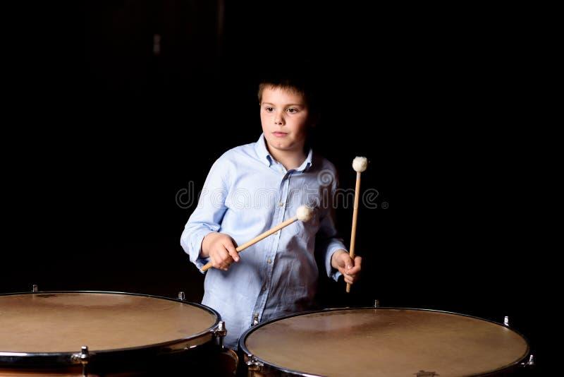 Маленький барабанщик с drumsticks стоковое изображение rf
