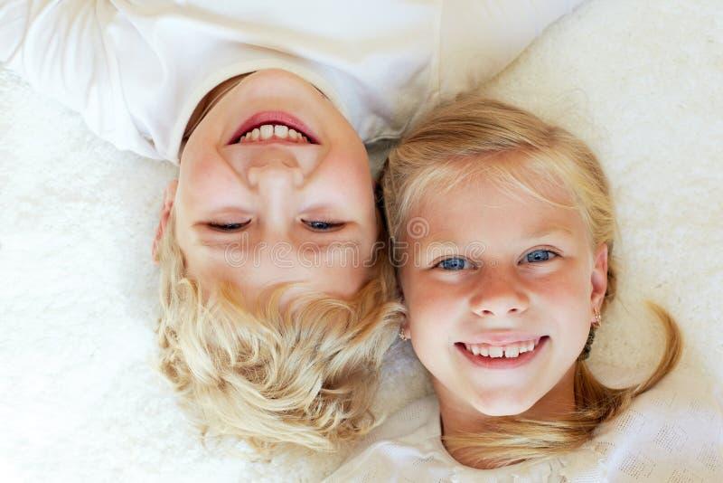 Маленький брат и сестра совместно навсегда семья счастливая стоковое фото