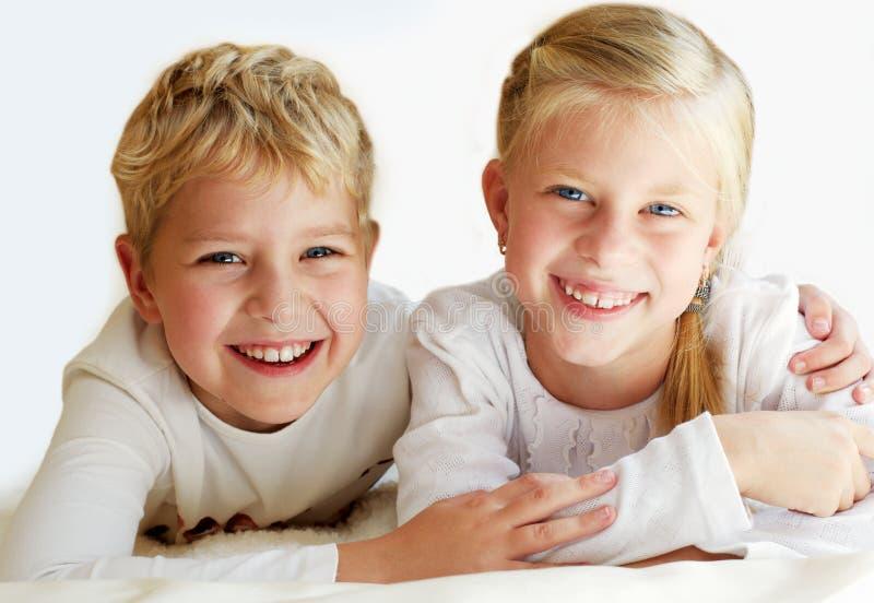 Маленький брат и сестра совместно навсегда стоковые фото