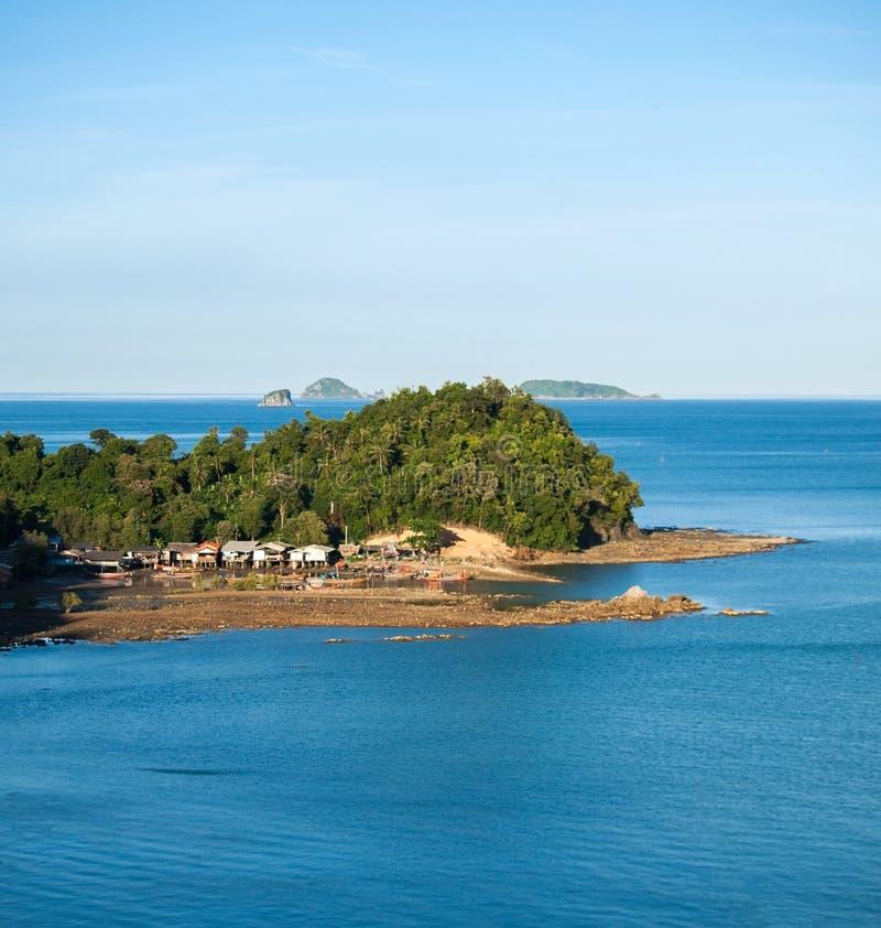Маленький город в острове и голубом море стоковая фотография rf
