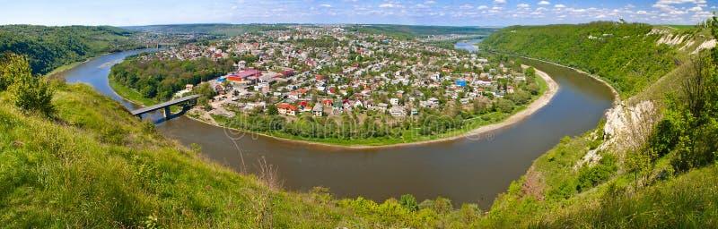 Маленький городок расположенный на полуострове реки Днестра стоковые изображения rf