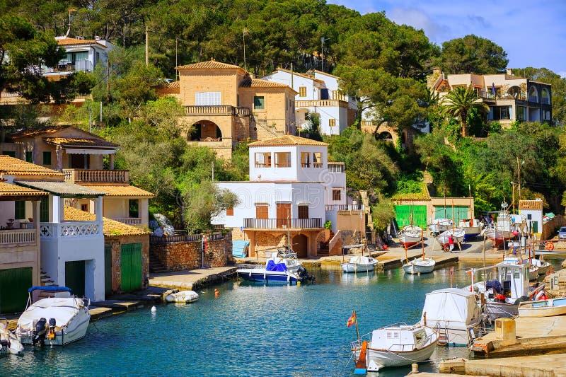 Маленький городок рыболовов на острове Мальорки в Средиземном море, s стоковые фотографии rf