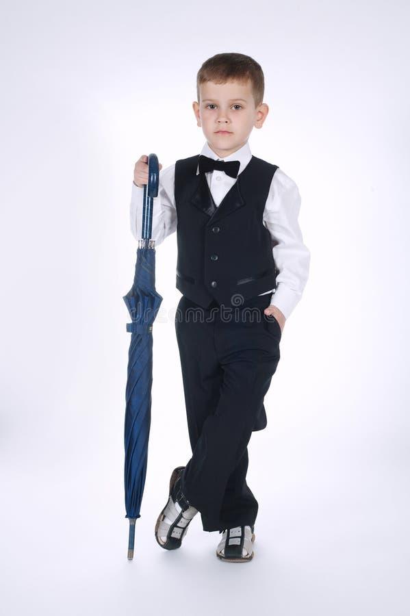 Маленький джентльмен с зонтиком на белизне стоковое изображение