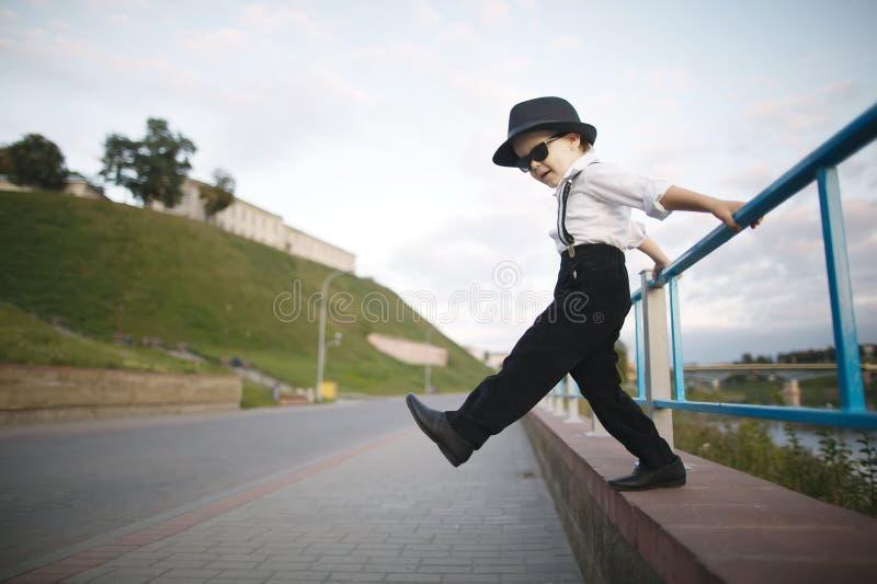 Маленький джентльмен с солнечными очками стоковое изображение rf